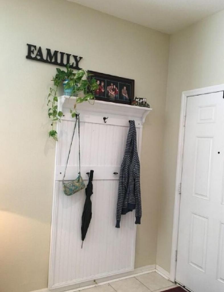 Не стал покупать громоздкий шкаф для прихожей, а сделал из деревянных реек удобный настенный органайзер для одежды и не только