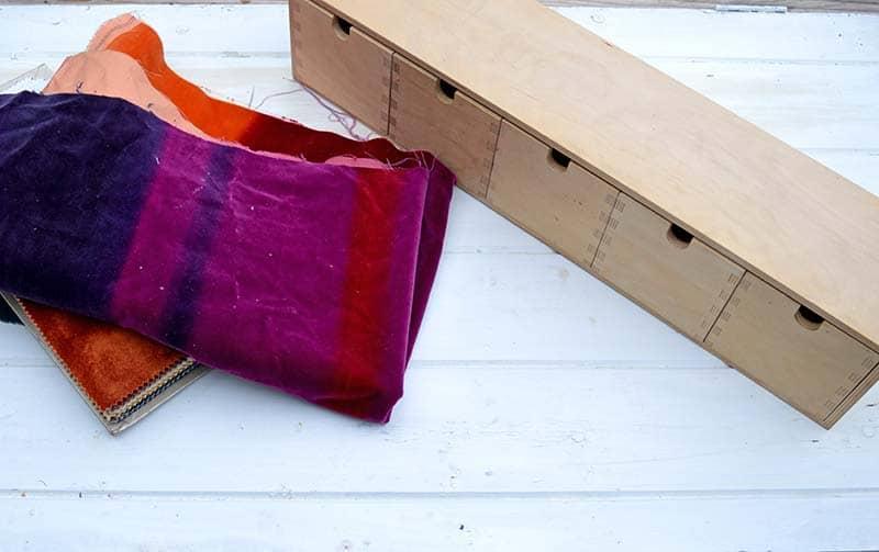 Взяла бархатную ткань и преобразила скучные шкафчики: теперь они выглядят очень необычно