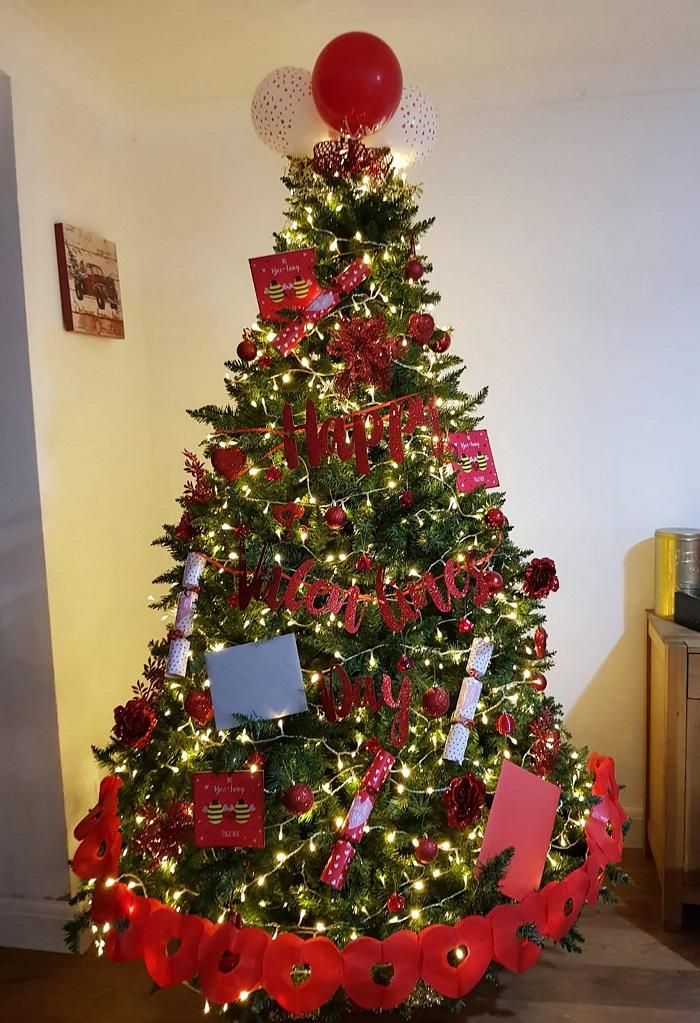 Праздники меняются – елка остается: женщина украшает новогоднее дерево по-разному для каждого праздника