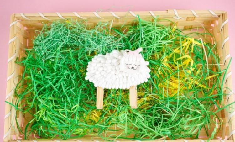 Милая и простая поделка: как сделать овечку из обычных ватных палочек и прищепок