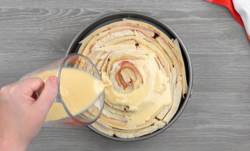 Таких сэндвичей хватит всем: удивила домашних необычным тортом из хлеба