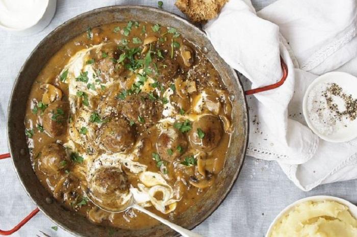 Бюджетные фрикадельки в строгановском соусе: быстро, недорого и просто очень вкусно