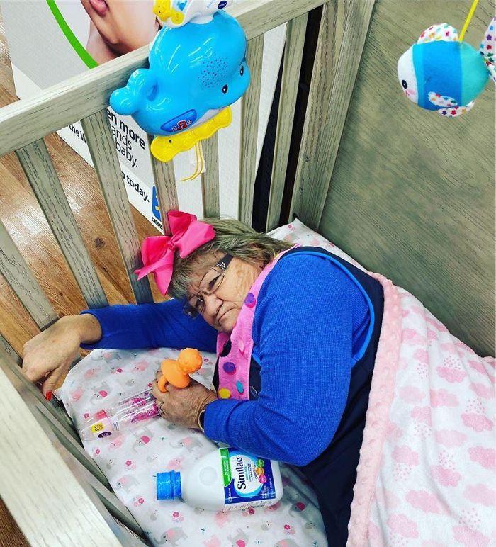 Фото сотрудницы-пенсионерки, рекламирующей товар компании Walmart, становится вирусным в Сети
