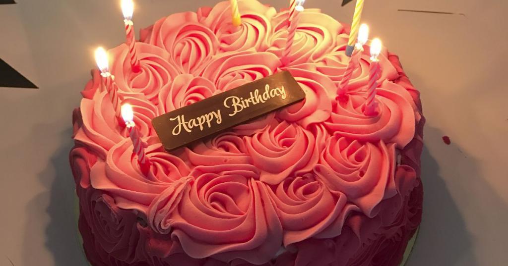 Женщина разрезала свой торт ко дню рождения: внутри ее ждал неприятный сюрприз