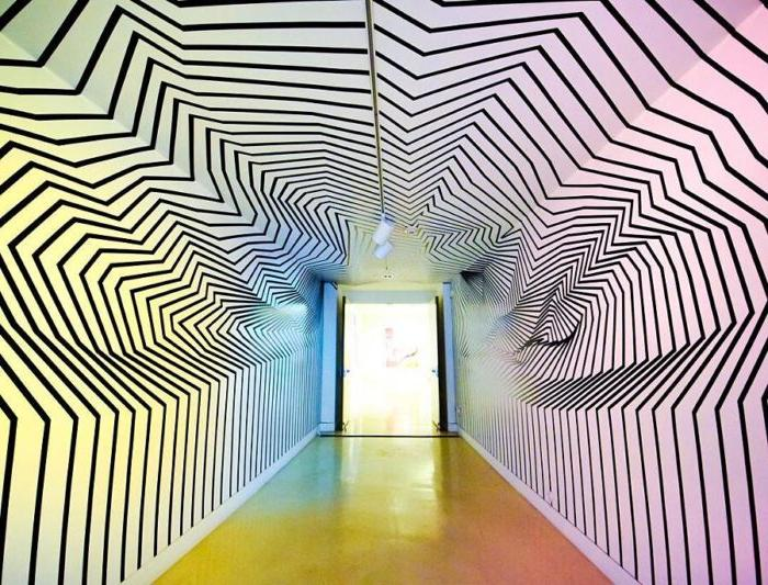 Никто не верит, что это самая обычная комната с ровными стенами. Художник создает иллюзии с помощью изоленты