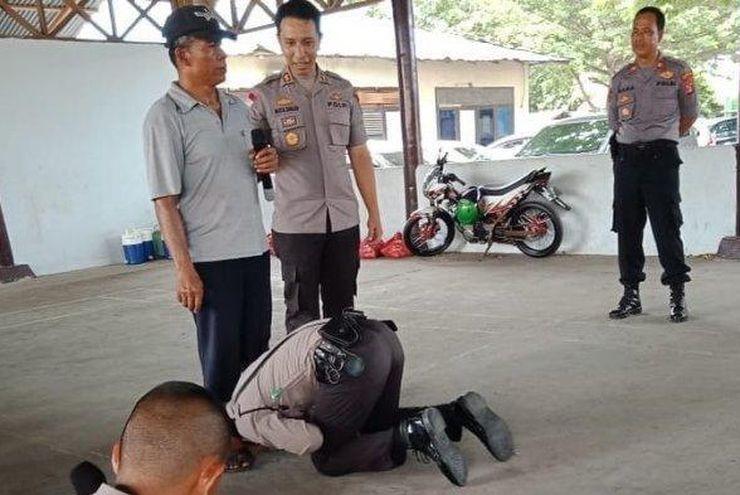 Парень склонился на колени перед своим отцом: фотодоказательство того, что родительское благословение поможет горы свернуть