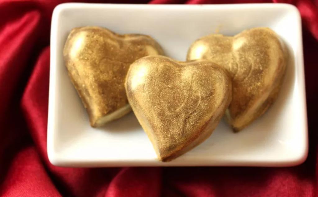 Золотые сердечки из шоколада – отличный способ признаться в любви: рецепт