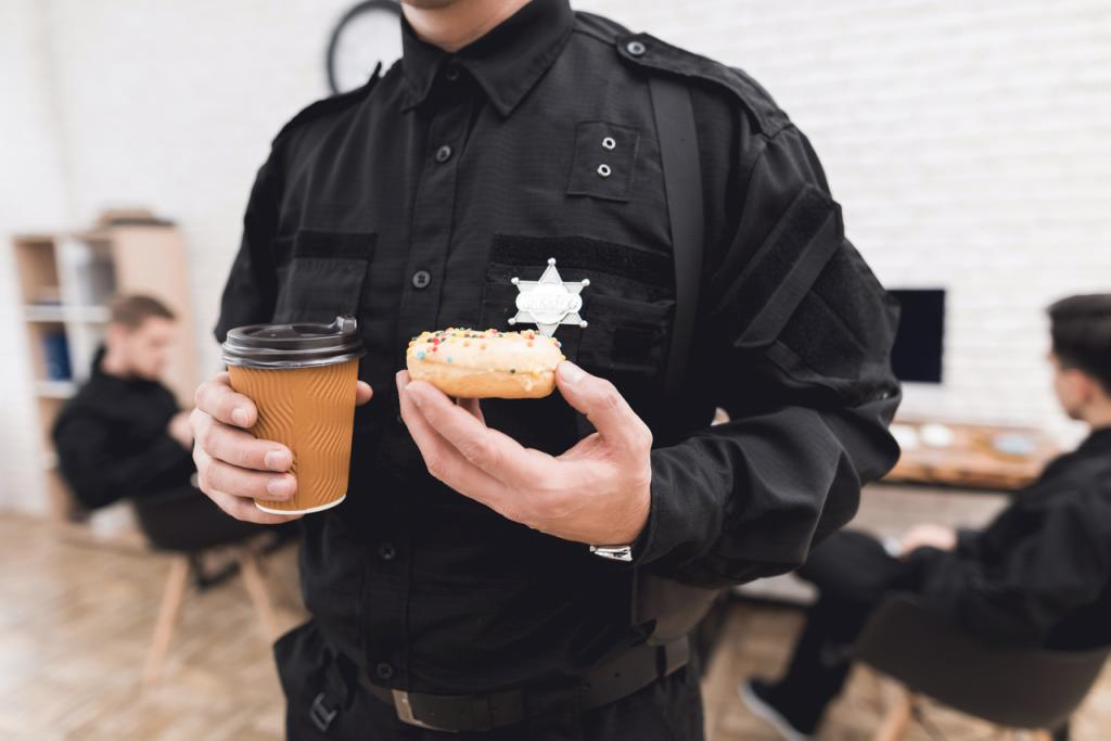 Полицейских выгнали из ресторана, после чего они пошли к конкурентам и поели бесплатно