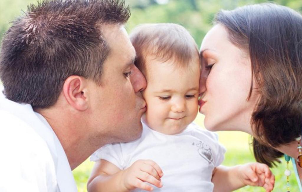 Разделите обязанности и не забывайте о романтике: психологи рассказали, как укрепить отношения после рождения ребенка