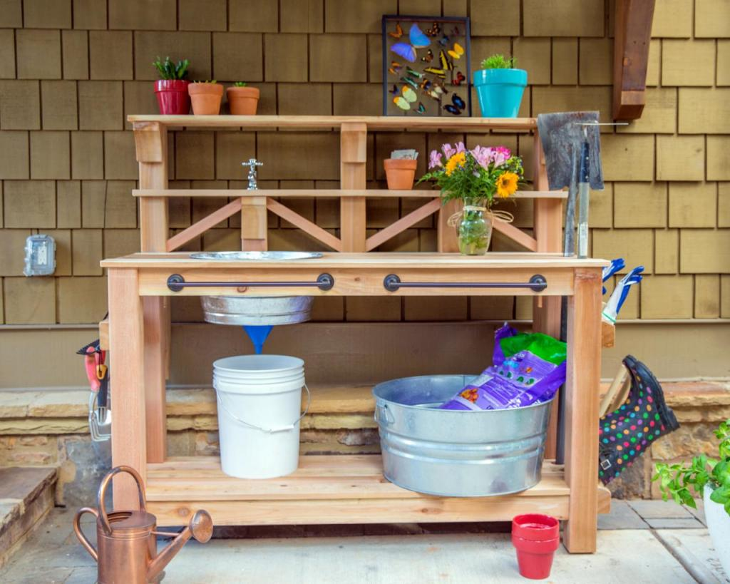 Муж смастерил для меня очень удобный садовый столик с раковиной, полочками и рабочей поверхностью: теперь без него просто не обойтись