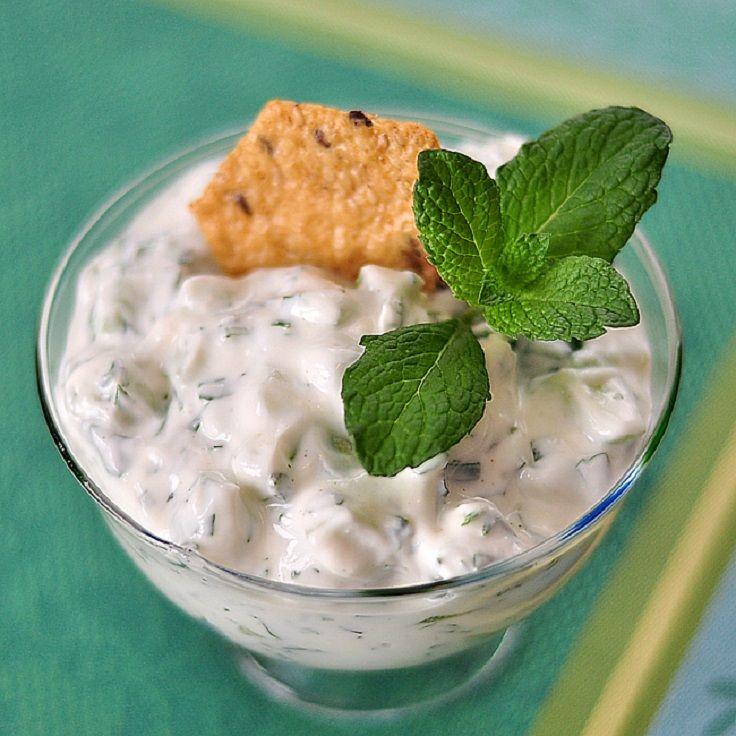 Беру несладкий йогурт, мешаю его с маслом, зеленью и получаю универсальную заправку для любого салата: простой рецепт на любой случай