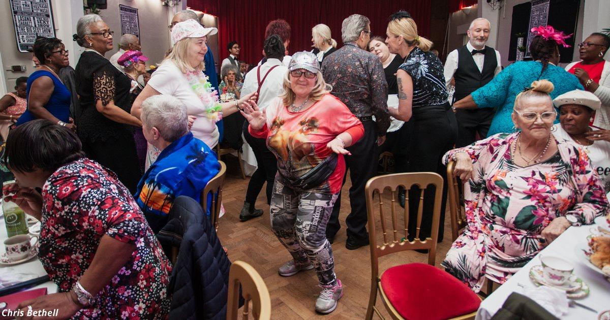 Это ночной клуб для пожилых людей. И там всё как в вашей молодости!