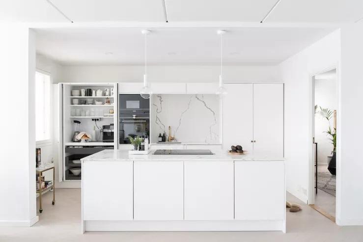 Тоже не знали, как красиво обустроить шкафчики на кухне? Вот 10 примеров оригинального и удобного решения: складные двери, мини кафе, открытые полки и не только
