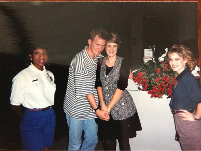 Муж удивил свою жену: он повторил романтическое предложение руки в аэропорту, которое сделал 25 лет назад