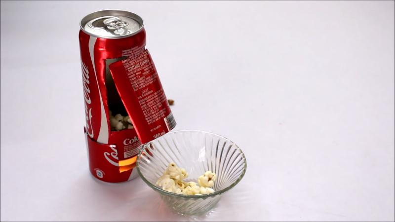 Друг показал, как сделать мини-машину для приготовления попкорна из двух жестяных банок от