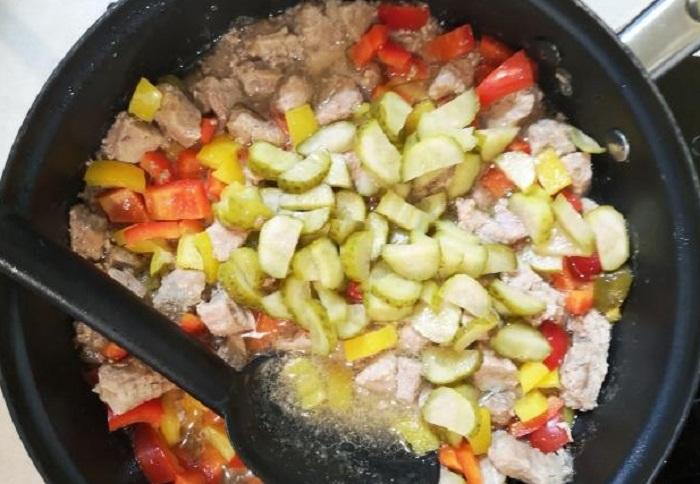 Картофельные оладьи с гуляшом, от которых невозможно оторваться: рецепт моего любимого блюда