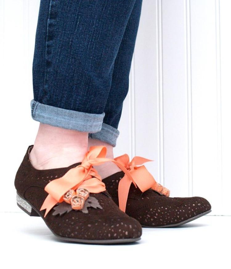 Готовимся к весне: как украсить скучные коричневые ботинки цветочками и лентами