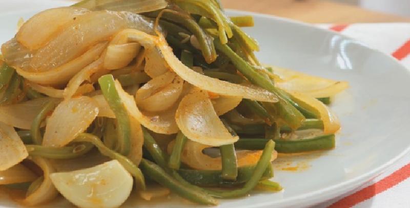 Легкий быстрый ужин: вегетарианская тушеная зеленая фасоль с луком в белом вине