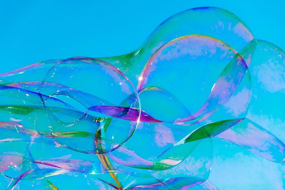 Чтобы выдувать действительно большие, рекордного размера пузыри, требуется смесь по точному рецепту от физиков