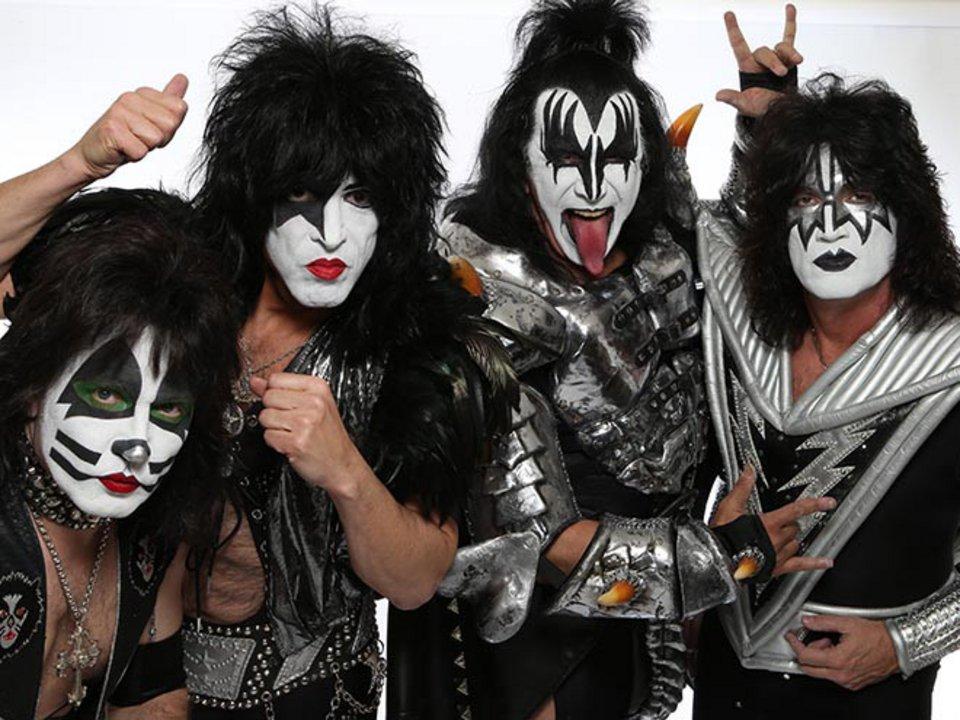 Фанаты разозлились на KISS, когда они сфотографировались без грима: история известного макияжа группы