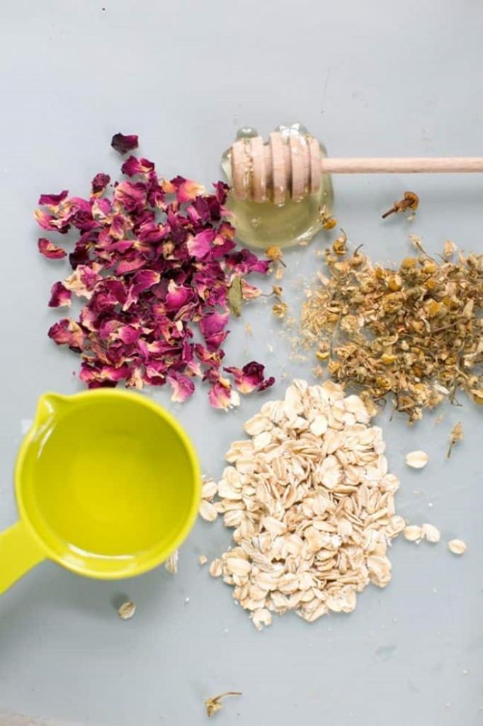 Натуральный скраб для лица, который действительно работает: рецепт с ромашкой