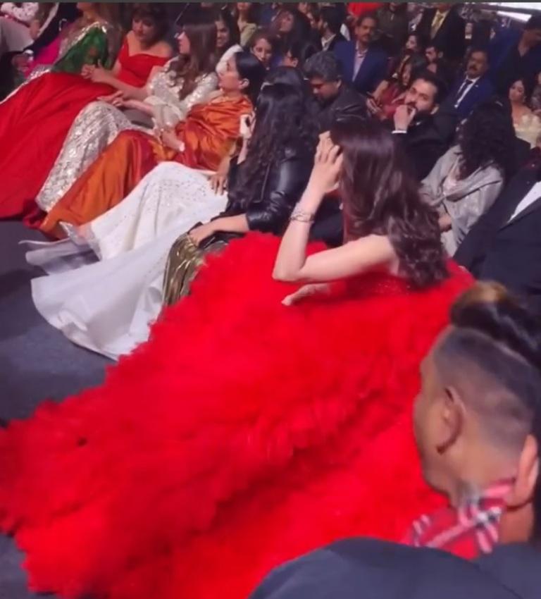 Звезда индийского кино в необъятном платье сидела на 4 стульях на награждении