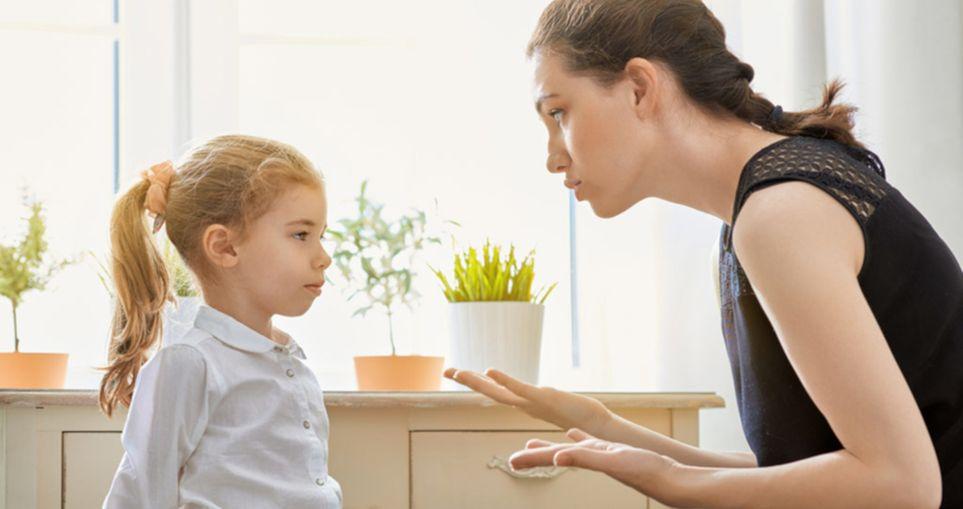 Разговаривать с ребенком, опускаясь на уровень его глаз – большая ошибка, по словам психолога