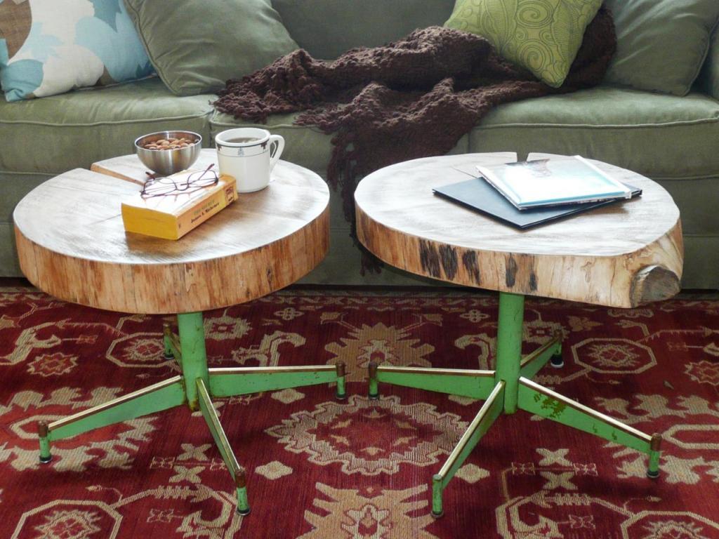 Из куска дерева и старых ножек от стула мы сделали дома оригинальные, стильные столики: пошаговая инструкция