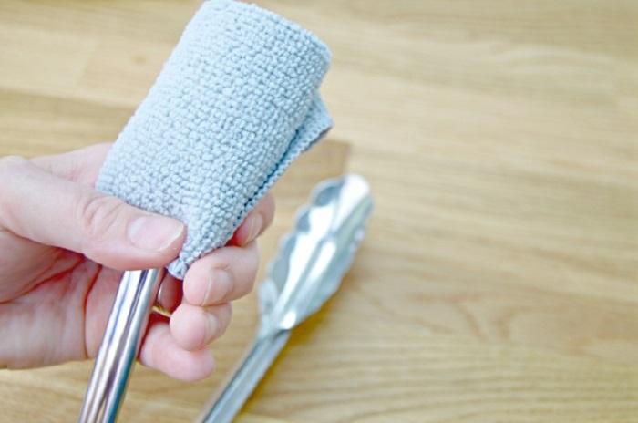 Щипцы, салфетка и резинки для волос: мне быстро удается протереть жалюзи от пыли благодаря маленькой хитрости