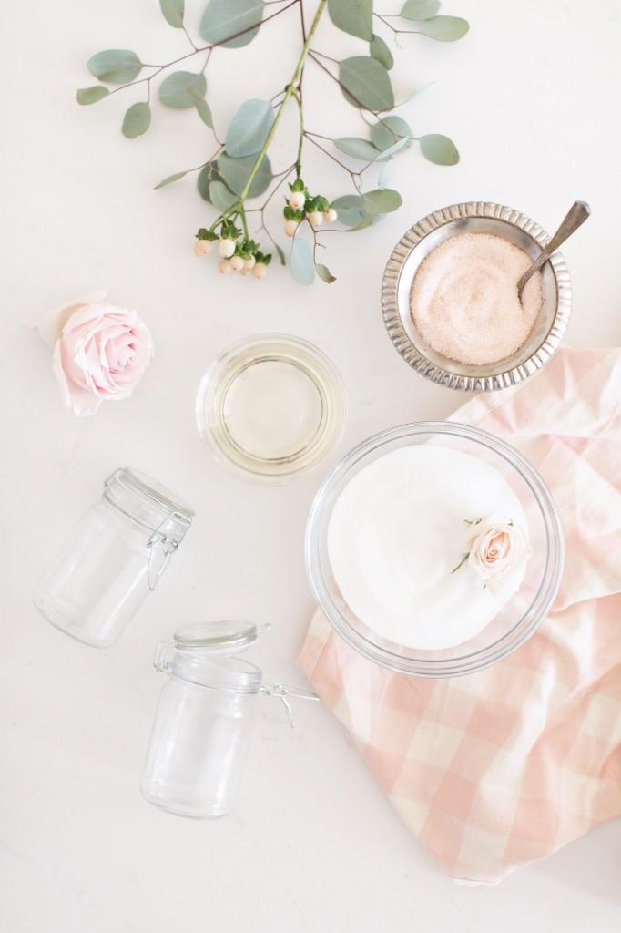 Перед наступлением весны я балую себя домашним розовым скрабом с перечной мятой. Кожа после него гладкая и нежная: рецепт