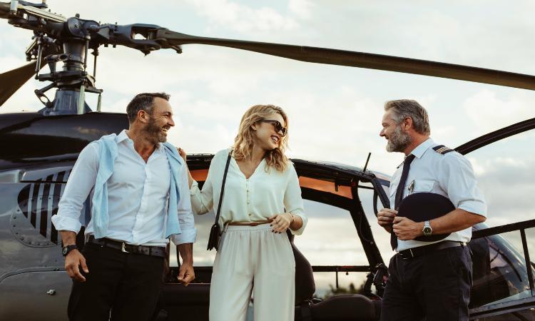 От полета на вертолете до мастер-класса по коктейлям: туристическая компания предлагает почувствовать себя Джеймсом Бондом