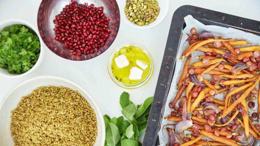 Вкусно и полезно: салат из отварного зерна с запеченной морковью и виноградом, козьим сыром и фисташками