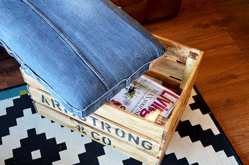 Муж сделал пуфик на колесиках из старых джинсов и поддонов: результат меня очень радует