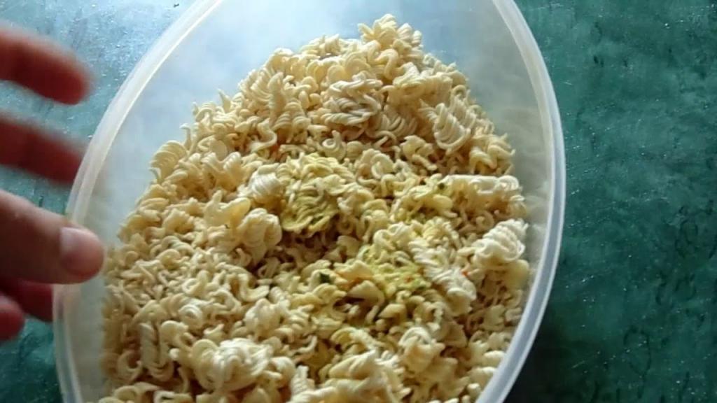 Гости будут приятно удивлены: салат из макарон быстрого приготовления на скорую руку