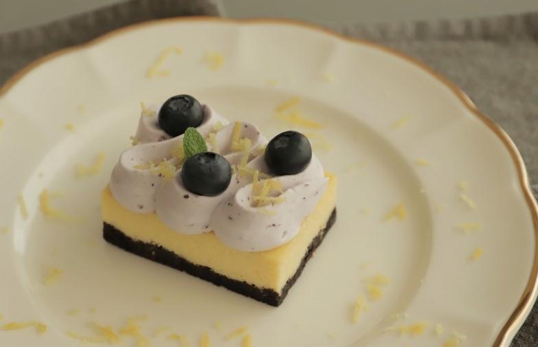 У знакомой в гостях попробовала нежные лимонно-черничные пирожные. Попросила рецепт и теперь балую ими свою семью