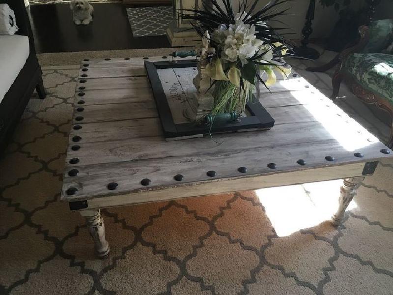 Взяла старые доски, купила в магазине балясины и сделала стильный журнальный столик в деревенском стиле