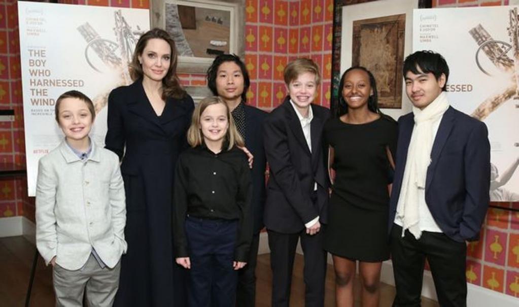 Как поделить бывшего: Анджелина Джоли 'запрещает' Дженнифер Энистон встречаться с детьми Брэда Пита