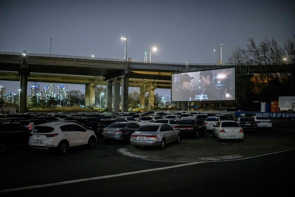Южнокорейцы не смогли отказаться от походов в кино во время вспышки коронавируса, поэтому в стране случился бум автомобильных кинотеатров