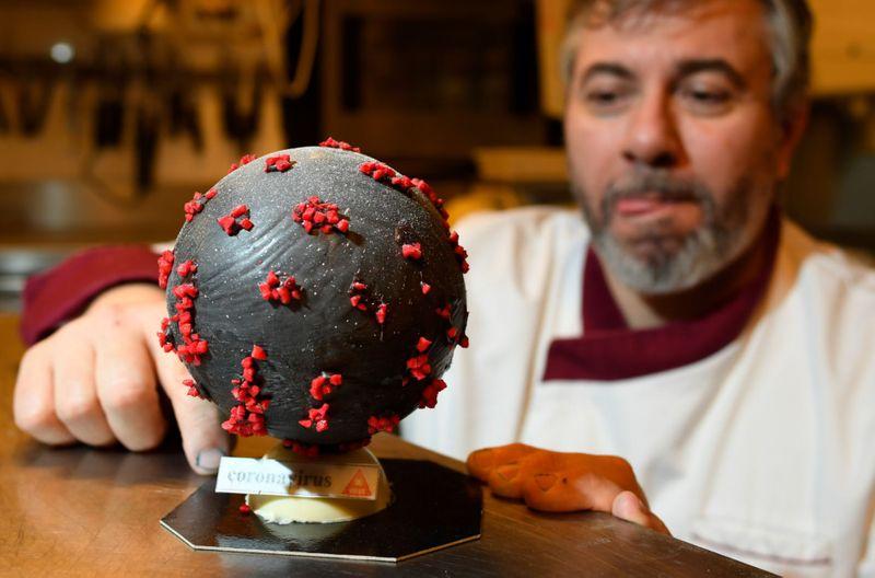 Французский кондитер подошел к коронавирусу с юмором: он делает его копию в шоколаде. Получается совсем не страшно