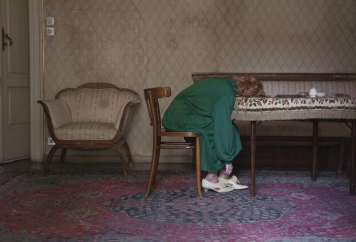 Загадочные истории молодых девушек в старых номерах отелей и домах: необычный проект фотографа
