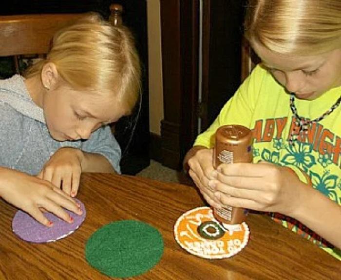 Взяли с внучками CD диски и запекли их в духовке: декор идея для тех, кто любит свечи и красивые подставки