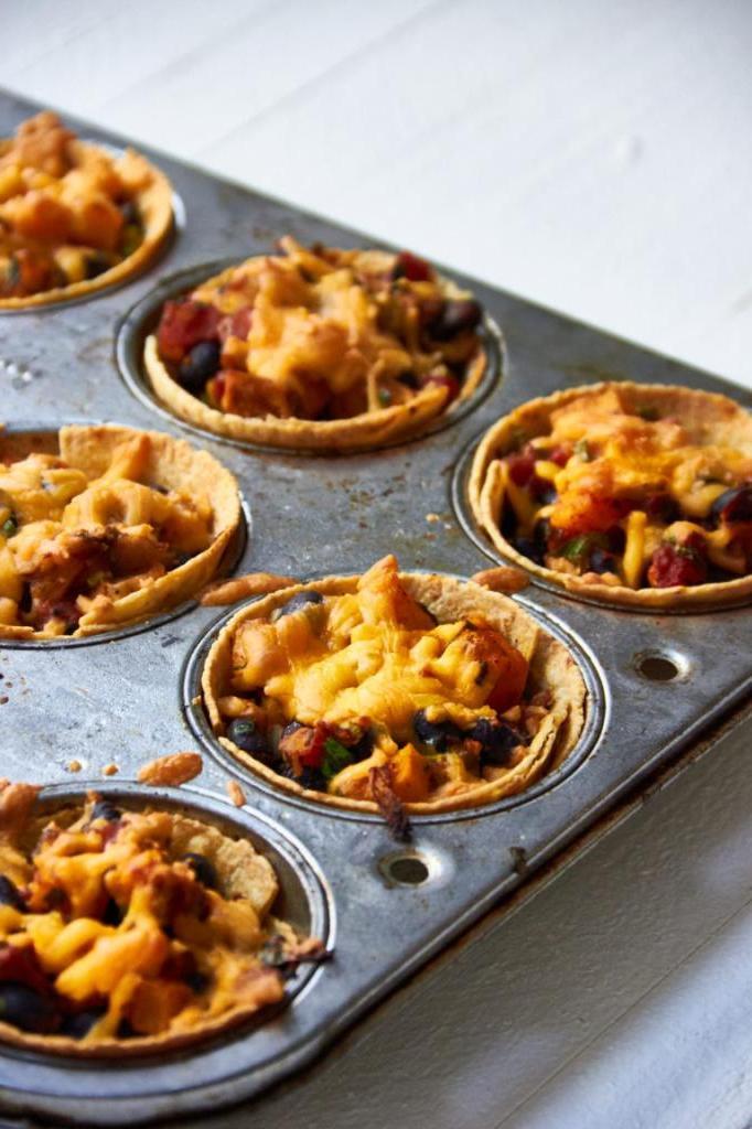 Готовлю оригинальное блюдо из курицы, тыквы и томатов. Все подаю в чашечках из тортильи
