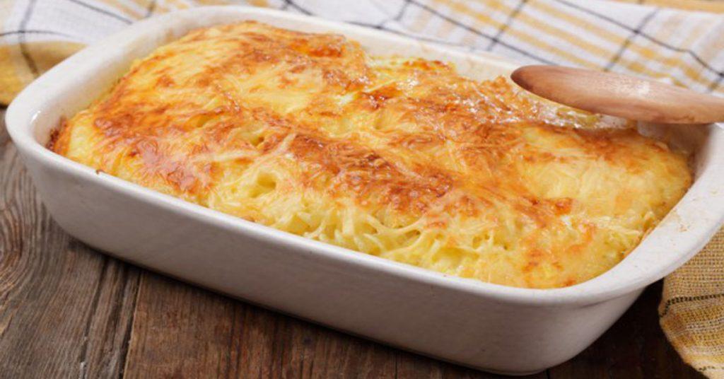 После праздника нашла только сырные обрезки, помидор и пачку лапши. Решила приготовить из этого запеканку (фото и рецепт)