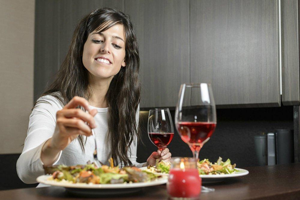 На первом свидании всегда заказываю один салат и бокал вина. Подруг тоже научила этой хитрости (иначе свидание будет скучным)