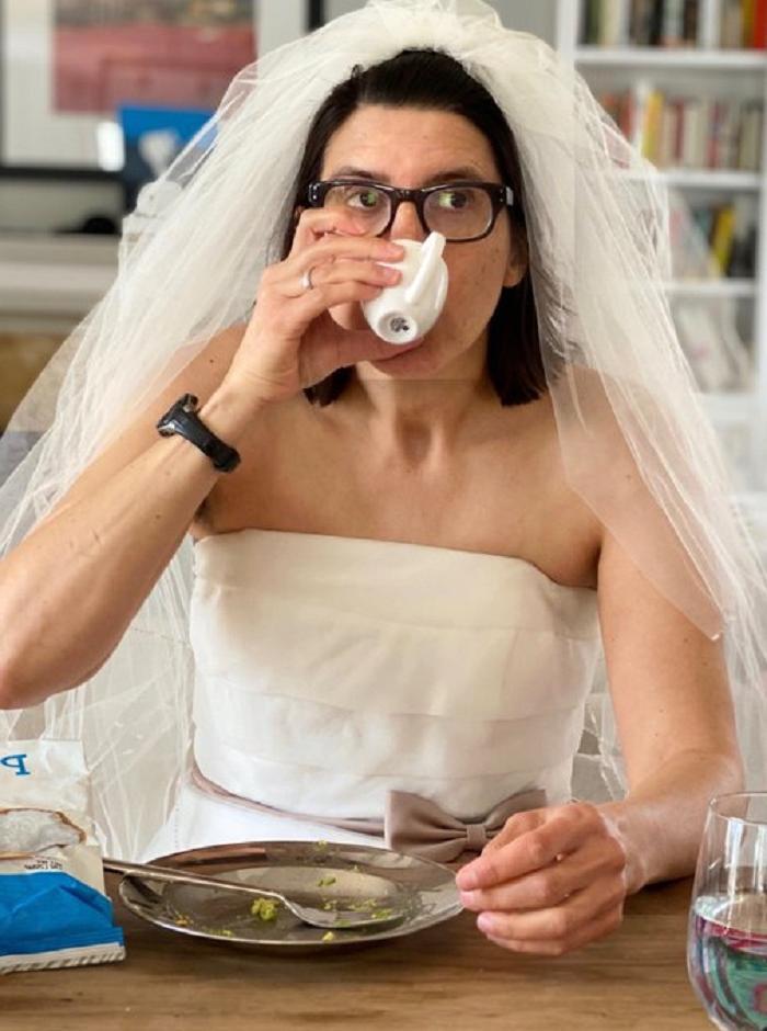 Не найдя причин для отказа своим детям, мама надела на обед свадебное платье. Ее поступок запустил новый челлендж в Сети