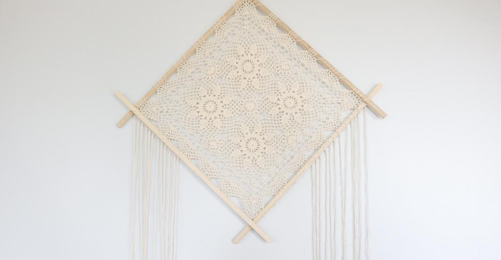 Искусство макраме: как сделать красивое украшение на стену из ниток и ажурной салфетки