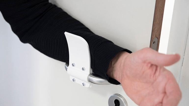 Дизайнеры придумали устройство для открывания дверей без контакта ладони с ручкой. Его можно напечатать на 3D принтере