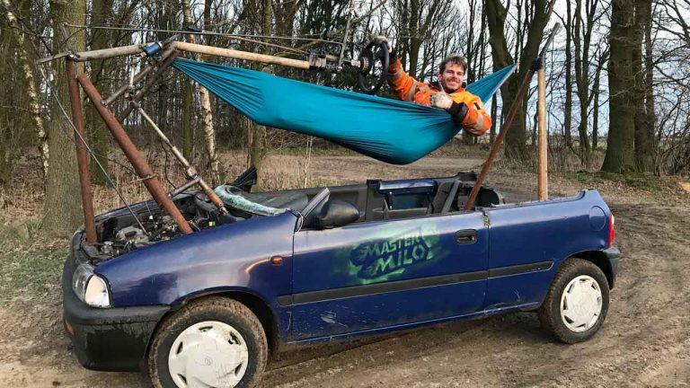 Необычный кабриолет: механик выбросил из автомобиля свое сиденье и заменил его гамаком