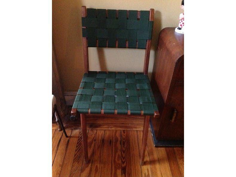 Из старых ремней мы сделали оригинальную обшивку для стула. Теперь он отлично вписывается в наш интерьер