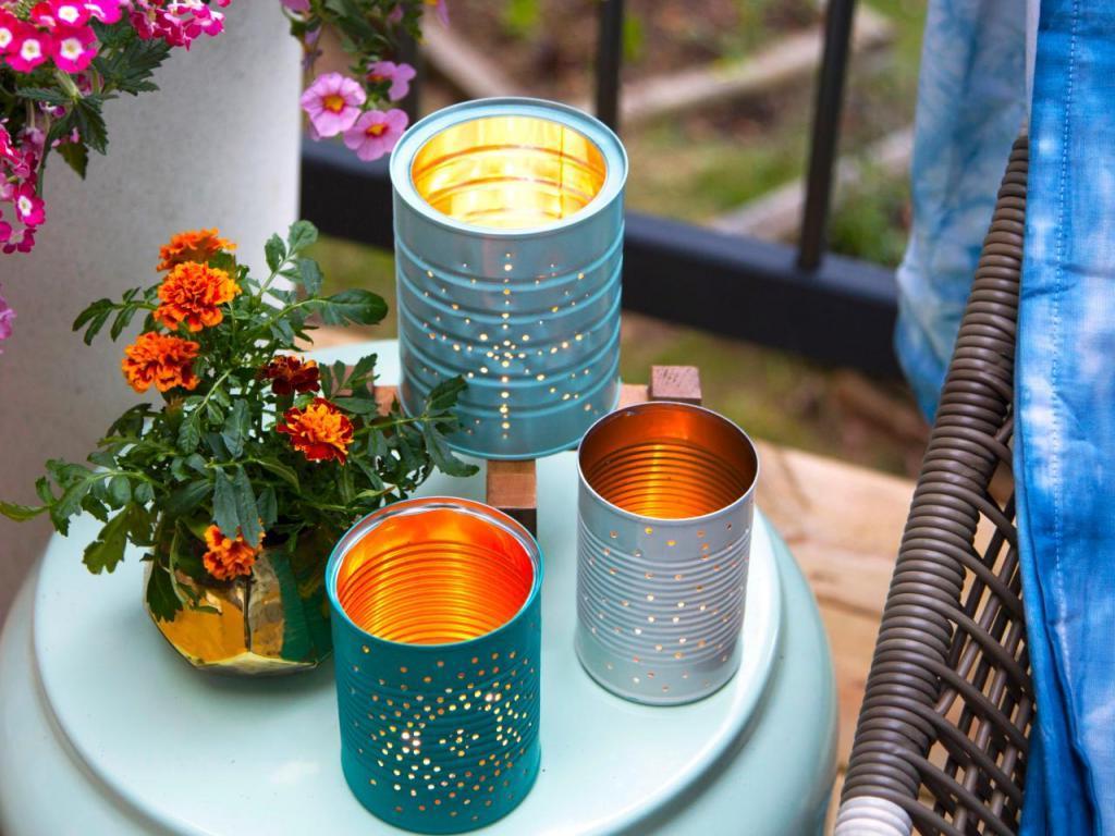 Из консервных банок можно сделать красивые фонарики для уютного вечера на свежем воздухе: очень простой способ